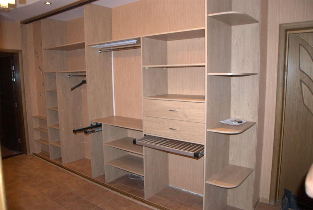 Шкафы купе в прихожую: внутреннее наполнение и конструкции.