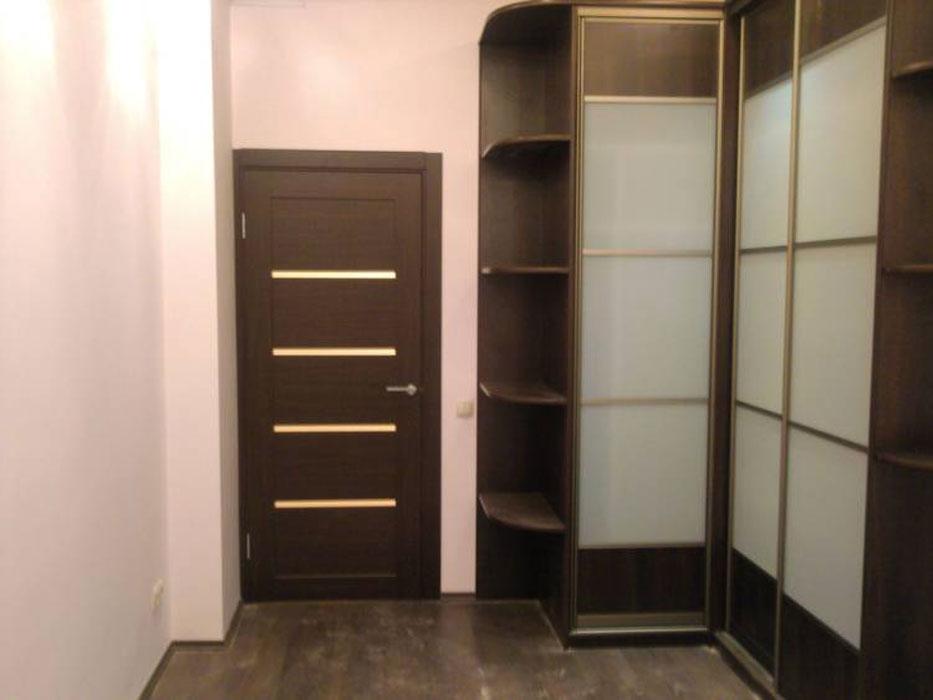 Угловой шкаф с матовыми стеклами - мебель и предметы интерье.